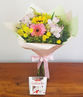 Buquê misto de flores com Raffaello Doce Amizade