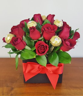 Arranjo Box com rosas vermelhas e chocolate