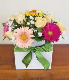 Arranjo Box de Flores coloridas É Poesia
