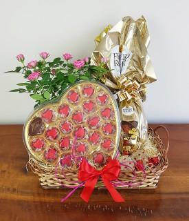 Cesta com Flor e Chocolates Beijo Doce
