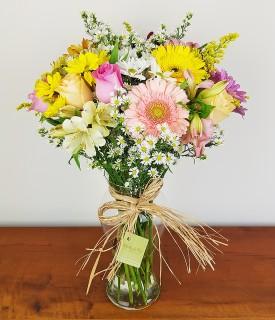 Buquê de flores mistas em vaso de vidro