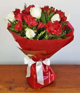 Buquê de 6 Rosas e Alstroemérias - Fogo e paixão