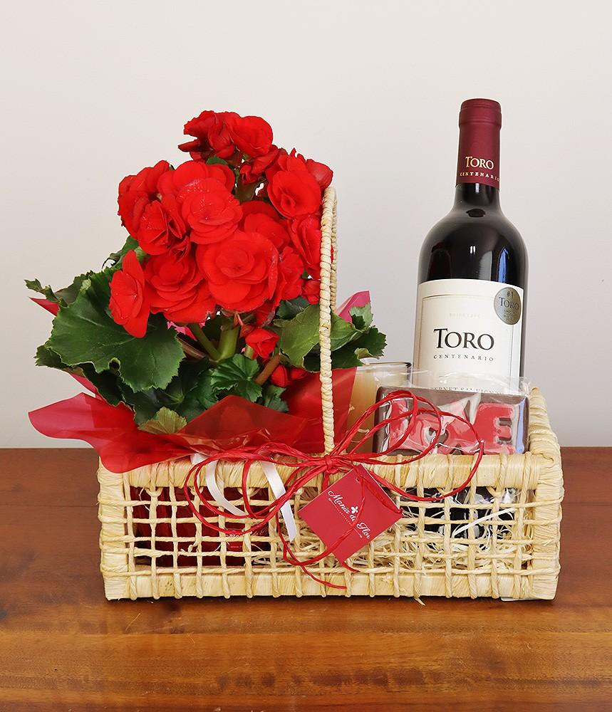 Cesta com vinho e flores O amor está no ar