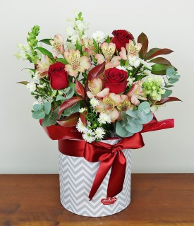 Arranjo com rosas e mix floral Só Falta Você