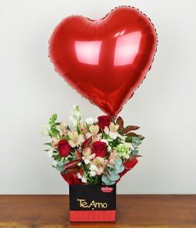 Arranjo com rosas e balão Para Corações Apaixonados