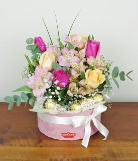 Arranjo com rosas e chocolate - Amor à Vida